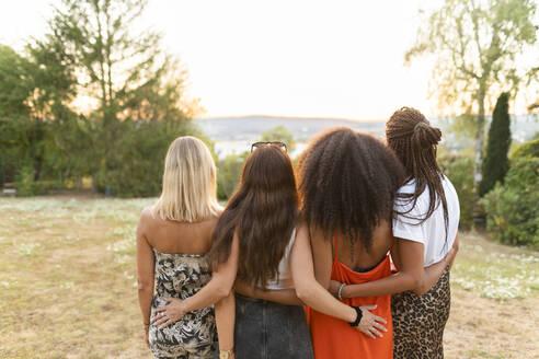 Deutschland, Hessen, Wiesbaden, Freundinnen haben Spaß im Sommer im Garten, Diversität, Gemeinschaft, Nähe, Werte, Lebensfreude, Zuversicht - AKLF00119