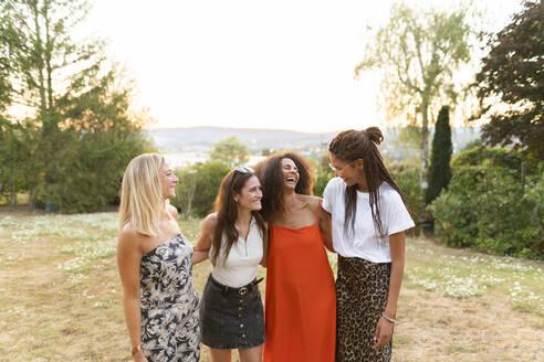 Deutschland, Hessen, Wiesbaden, Freundinnen haben Spaß im Sommer im Garten, Diversität, Gemeinschaft, Nähe, Werte, Lebensfreude, Zuversicht - AKLF00122