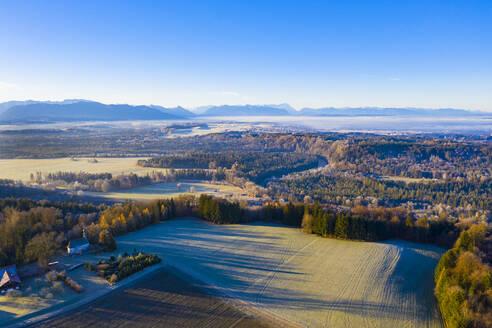 Blick von Peretshofen ins Alpenvorland, Isar und Alpenkette, T�lzer Land, Luftbild, Oberbayern, Bayern, Deutschland - LHF00848
