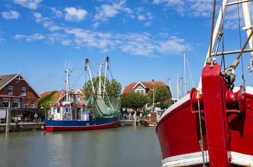 Krabbenkutter im Fischereihafen, Neuharlingersiel, Ostfriesland, Niedersachsen, Deutschland, - LHF00855
